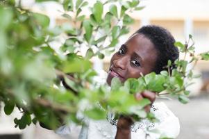 jeune femme cachée derrière le feuillage. photo