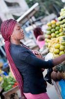 belle jeune femme au marché aux fruits de la rue photo