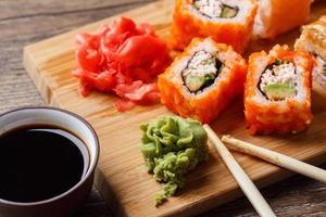 gros plan de sushi à la sauce soja photo
