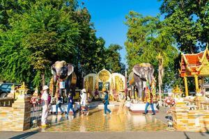chiang mai, thaïlande - 6 décembre 2020 - vue sur wat phra that doi kham golden temple à chiang mai, thaïlande. ce temple est perché sur la colline doi kham, entouré de magnifiques paysages montagneux. photo