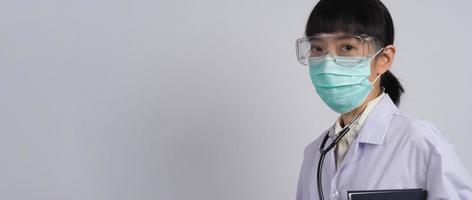 un médecin en uniforme pointe vers une zone vide. geste de la main. photo