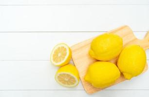 Vue d'en haut du citron frais sur la table blanche photo