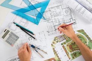 architecte avec des plans photo