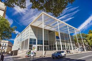 nîmes, france, 29 avril 2019 - carre d'art à nîmes, france. c'est le musée d'art contemporain et la bibliothèque municipale de la ville, ouverts en 1993 photo