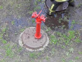 le travail des pompiers pour éteindre les bornes d'incendie photo