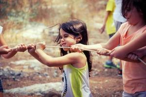 petites filles jouant à la corde dans le parc photo