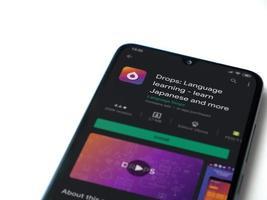 gouttes - application d'apprentissage des langues play store page sur l'écran d'un smartphone mobile noir isolé sur fond blanc photo