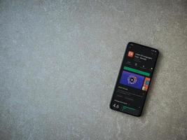 mondlay - page de l'application d'apprentissage des langues play store sur l'écran d'un smartphone mobile noir sur fond de pierre céramique photo
