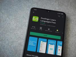 duolingo - page de magasin de l'application d'apprentissage des langues sur l'écran d'un smartphone mobile noir sur fond de pierre céramique photo