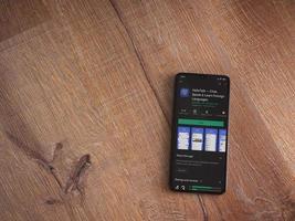 hellotalk - page de magasin de jeu d'application d'apprentissage des langues sur l'écran d'un smartphone mobile noir sur fond de bois photo