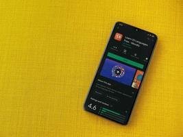 mondlay - page de jeu de l'application d'apprentissage des langues sur l'écran d'un smartphone mobile noir sur fond de tissu jaune photo