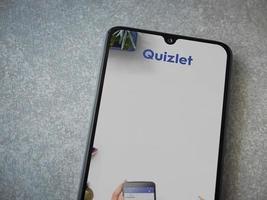 quizlet - écran de lancement de l'application d'apprentissage des langues avec logo sur l'écran d'un smartphone mobile noir sur fond de pierre céramique photo