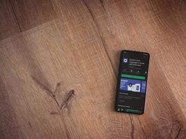 quizlet - page de magasin de jeu d'application d'apprentissage des langues sur l'écran d'un smartphone mobile noir sur fond de bois photo