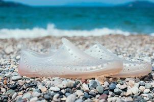 chaussures d'eau sur la plage. concept de vacances photo