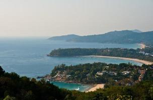 plage tropicale beau paysage. bateaux océaniques turquoise et côte sablonneuse du point de vue élevé. plages de kata et karon, phuket, thaïlande photo