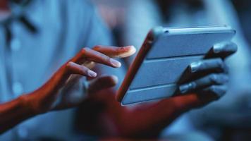 vue latérale de l'homme à la maison à l'aide d'une tablette photo