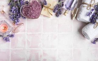 cosmétique aux herbes naturelles avec des fleurs de lavande photo