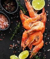 crevettes ou crevettes servies avec du citron photo