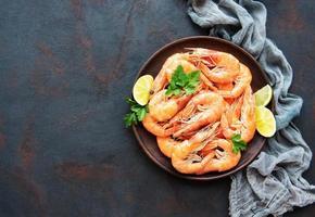 crevettes servies dans une assiette photo