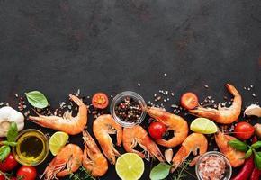 fruits de mer frais - crevettes aux légumes photo