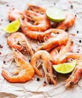 crevettes servies avec du citron photo