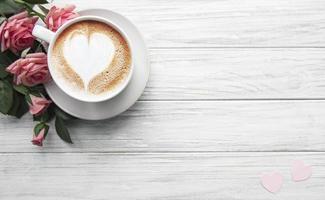 une tasse de café avec motif coeur photo