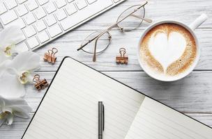 une tasse de café avec motif coeur sur une table photo