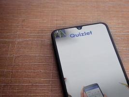 quizlet - écran de lancement de l'application d'apprentissage des langues avec logo sur l'écran d'un smartphone mobile noir sur fond de bois photo