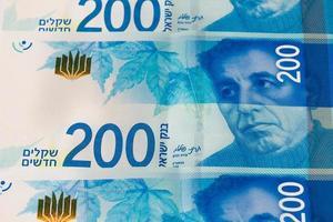 pile de billets d'argent israéliens de 200 shekel - vue de dessus photo