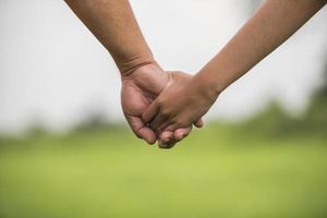 père et fille main dans la main ensemble photo