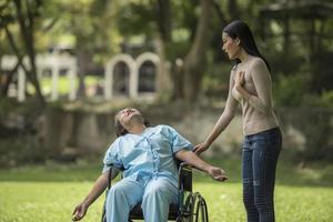 la fille a été choquée de voir le choc sur sa mère assise sur un fauteuil roulant. photo