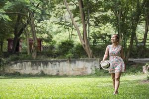 heureuse jeune femme souriante et marchant dans le parc photo