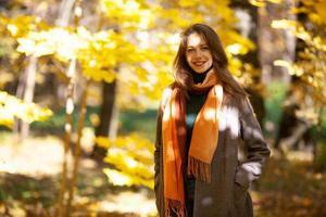 jeune femme marchant dans la forêt d'automne photo