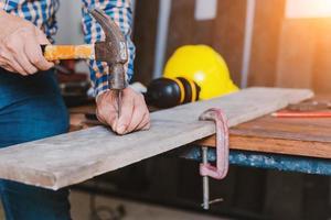 menuisier travaillant sur des machines à bois dans un atelier de menuiserie. photo