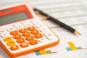calculatrice avec stylo sur papier graphique graphique, finance, compte, statistique, concept d'entreprise d'économie analytique. photo