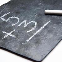 maths simples sur un tableau noir avec de la craie photo