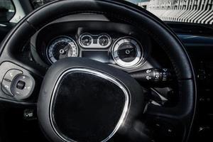 gros plan du volant de voiture et tableau de bord photo