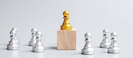 pièces de pion d'échecs en or ou homme d'affaires leader avec cercle d'hommes en argent. concept de victoire, de leadership, de réussite commerciale, d'équipe et de travail d'équipe photo