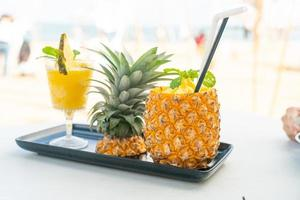 smoothies à l'ananas avec fond de plage de mer photo