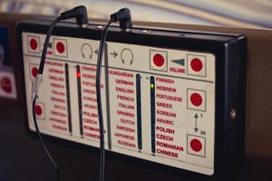 dispositif d'audioguide qui diffuse des informations dans différentes langues via des écouteurs pour une visite touristique ou dans un musée photo