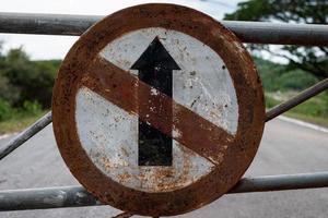 ancien panneau de signalisation ne va pas tout droit panneau de direction sur la route photo