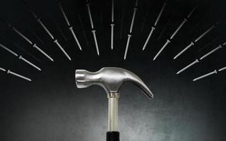 marteau et clous sur fond sombre photo