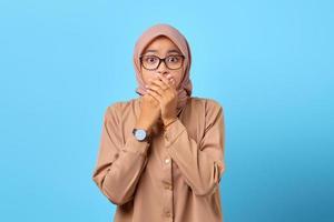 portrait de jeune femme asiatique surprise couvrant la bouche avec la main pour erreur photo