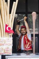 Istanbul, Turquie, 15 juin 2019 - vendeur non identifié de glaces turques à Istanbul, Turquie. la crème glacée turque traditionnelle était faite avec du salep, produit par des fleurs d'orchidées. photo