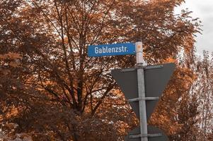 concept urbain et directions de la circulation routière panneau de signalisation moderne photo