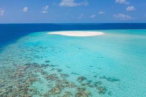île des maldives paysages naturels étonnants, récif de corail de mer le banc de sable blanc, île. destination de plongée en apnée, excursion en bateau, nature pittoresque époustouflante. horizon océan d'été, lagon turquoise photo