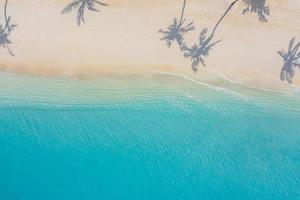 paysage paradisiaque aérien. paysage aérien tropical, paysage marin avec des feuilles de palmier ombres mer incroyable et plage de lagon, nature tropicale. bannière de destination touristique exotique, vacances d'été photo