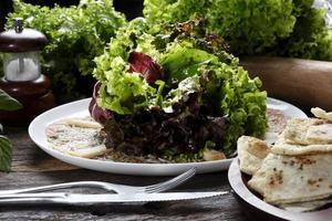 carpaccio avec salade de laitue photo
