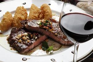 steak coupé au barbecue photo