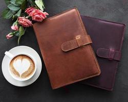 cahiers en cuir et tasse de café photo